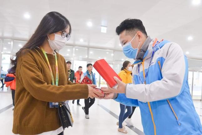Công nhân nhận lì xì đầu năm bằng khẩu trang chống dịch virus corona ảnh 2