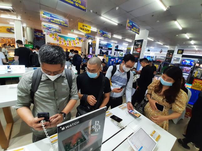 Hà Nội: Rồng rắn xếp hàng mua Iphone 12 ảnh 1