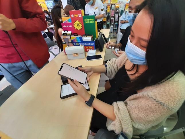 Hà Nội: Rồng rắn xếp hàng mua Iphone 12 ảnh 2