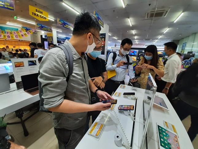 Hà Nội: Rồng rắn xếp hàng mua Iphone 12 ảnh 3