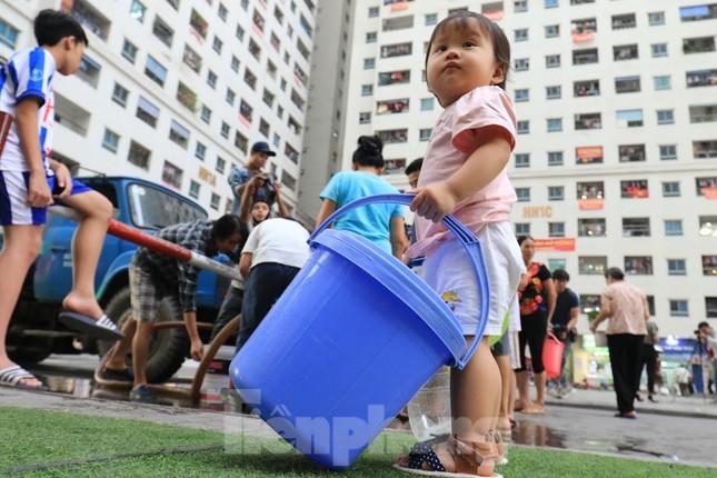 Khủng hoảng nước sạch tại Hà Nội: Khổ như 'thời bao cấp' ảnh 1