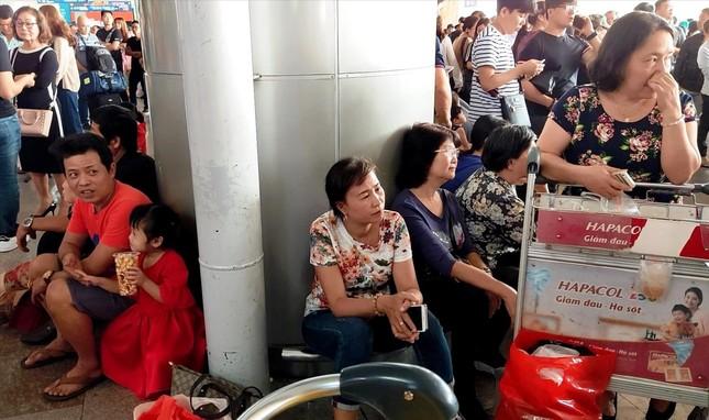 Sân bay Tân Sơn Nhất giáp Tết: Kẹt cứng ngoài, nghẹt thở trong ảnh 1