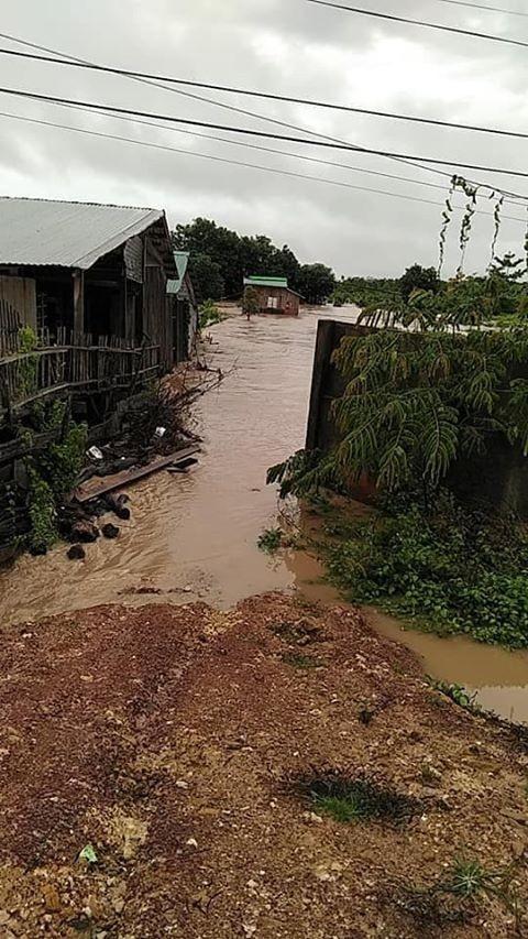 Mưa lớn Tây Nguyên: Đường sá bị chia cắt, khẩn trương di dời dân khỏi vùng ngập ảnh 1