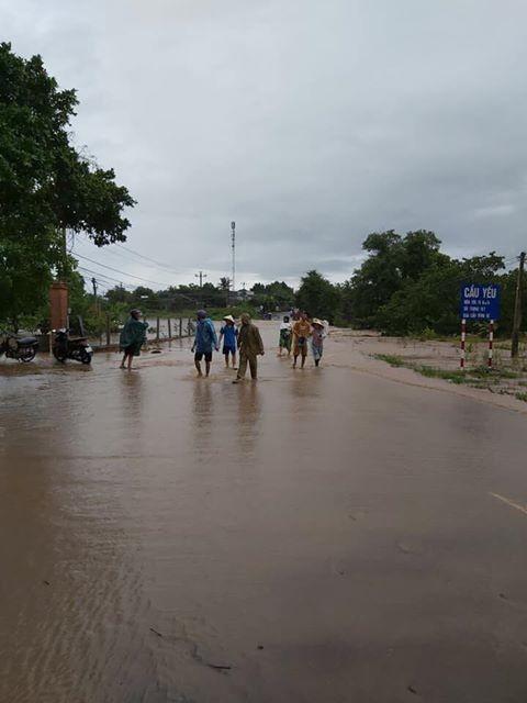 Mưa lớn Tây Nguyên: Đường sá bị chia cắt, khẩn trương di dời dân khỏi vùng ngập ảnh 2