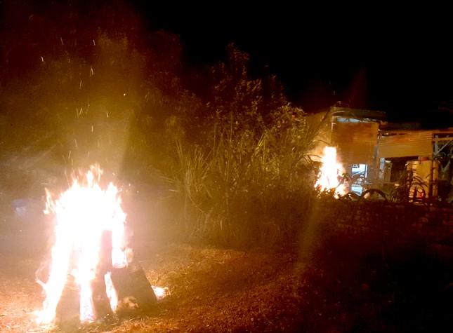 Vùng biên rực sáng pháo hoa 'củi' đêm giao thừa ảnh 5