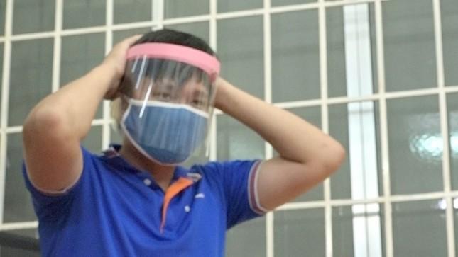 Thức đêm làm hàng ngàn nón bảo hộ tặng tuyến đầu chống dịch ảnh 1