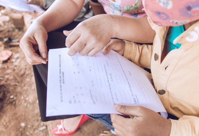 Học sinh vùng xa nhớ lớp, giáo viên đến tận buôn giao bài tập ảnh 2