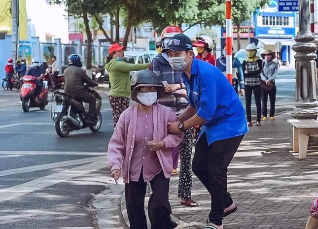 Những tình nguyện viên trẻ đầy nhiệt huyết tại 'ATM gạo' ảnh 3