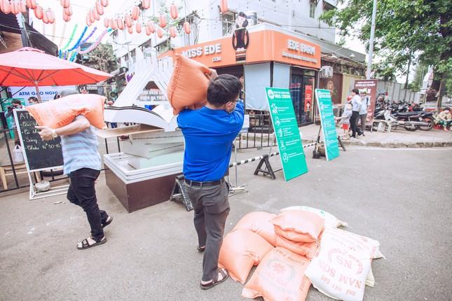 Những tình nguyện viên trẻ đầy nhiệt huyết tại 'ATM gạo' ảnh 1