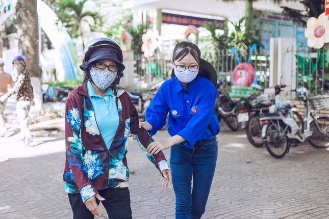 Những tình nguyện viên trẻ đầy nhiệt huyết tại 'ATM gạo' ảnh 4