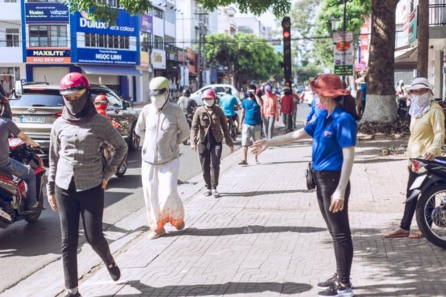 Những tình nguyện viên trẻ đầy nhiệt huyết tại 'ATM gạo' ảnh 2