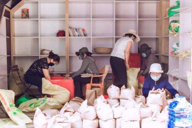 Những tình nguyện viên trẻ đầy nhiệt huyết tại 'ATM gạo' ảnh 5