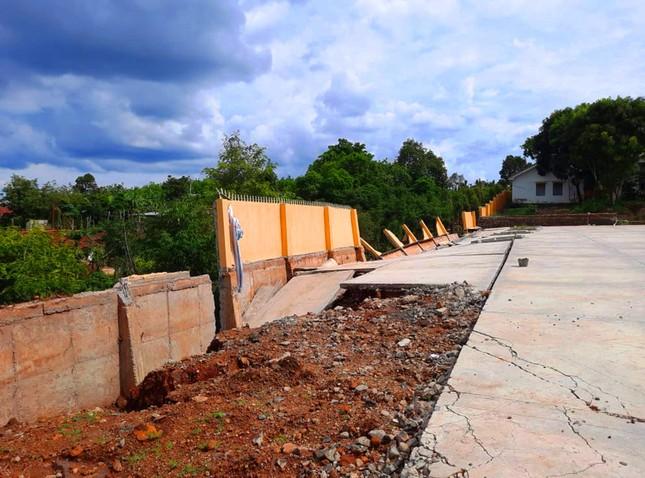 Vụ sập sân đa năng, kè chắn đất đổ do mưa: Giám đốc Sở GD&ĐT nói gì? ảnh 1