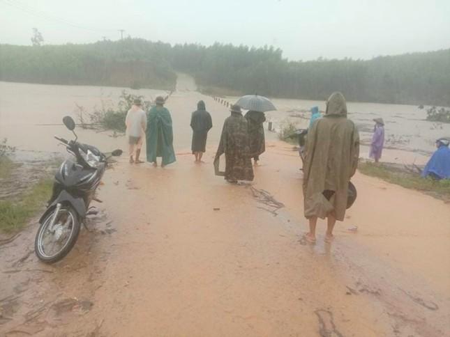 Xung kích phản ứng nhanh chốt trực các điểm mưa bão ngập ở Đắk Lắk ảnh 2