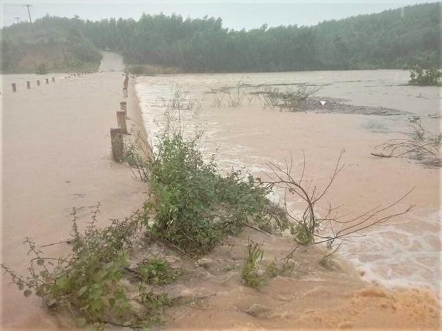 Xung kích phản ứng nhanh chốt trực các điểm mưa bão ngập ở Đắk Lắk ảnh 1