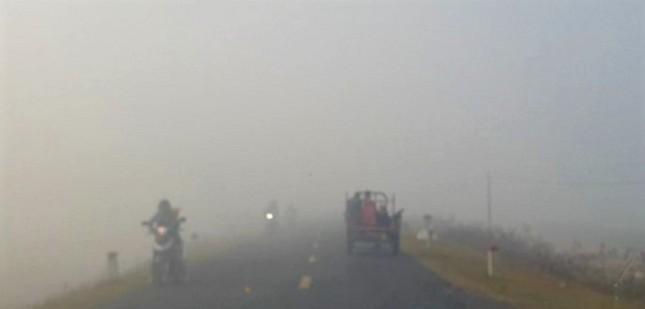 Sương mù dày đặc, người dân Đắk Lắk bật đèn 'dò dẫm' giữa ban ngày ảnh 1