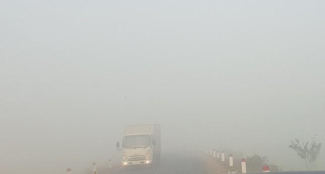 Sương mù dày đặc, người dân Đắk Lắk bật đèn 'dò dẫm' giữa ban ngày ảnh 2
