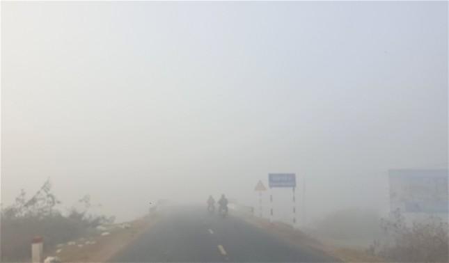 Sương mù dày đặc, người dân Đắk Lắk bật đèn 'dò dẫm' giữa ban ngày ảnh 3