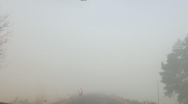 Sương mù dày đặc, người dân Đắk Lắk bật đèn 'dò dẫm' giữa ban ngày ảnh 4