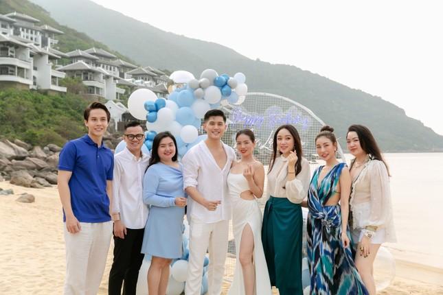 Lệ Quyên tình tứ bên Lâm Bảo Châu đón sinh nhật tuổi 40 ảnh 2