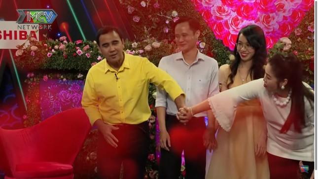 Quyền Linh, Hồng Vân thị phạm cho cặp đôi cách nắm tay trong lần đầu gặp gỡ ảnh 4