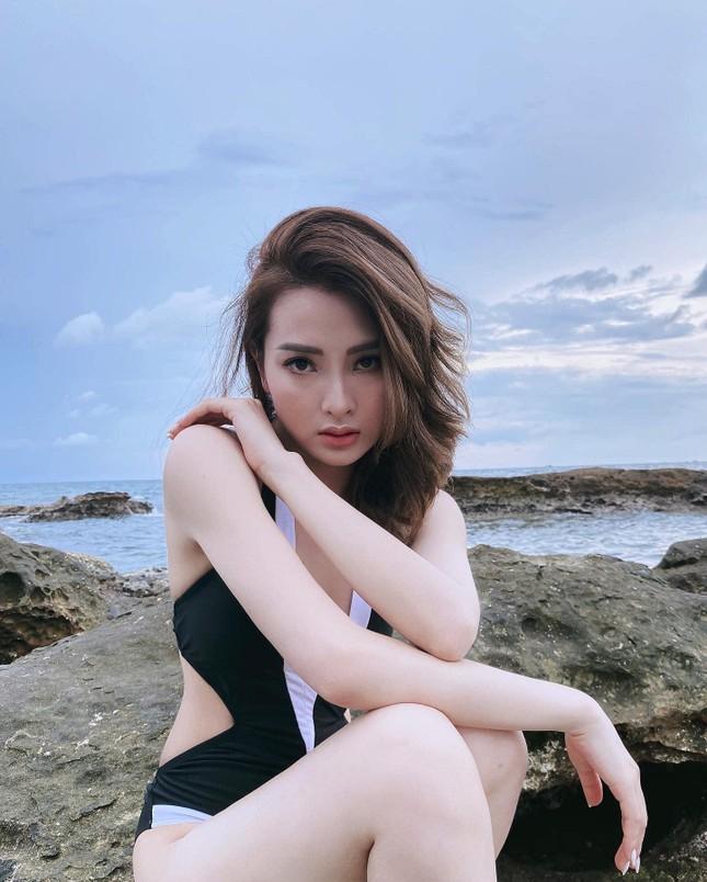 Nữ MC VTV thả dáng nóng bỏng trong áo tắm cắt xẻ táo bạo ảnh 3
