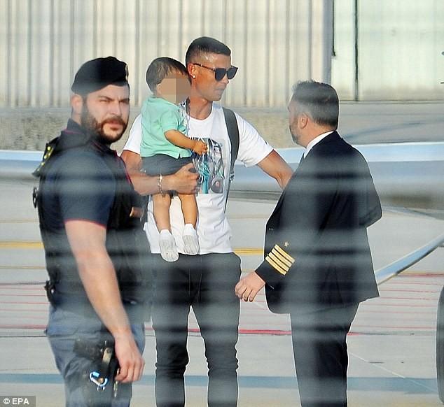 Ronaldo bế con trai đến Juventus tập trung ảnh 1