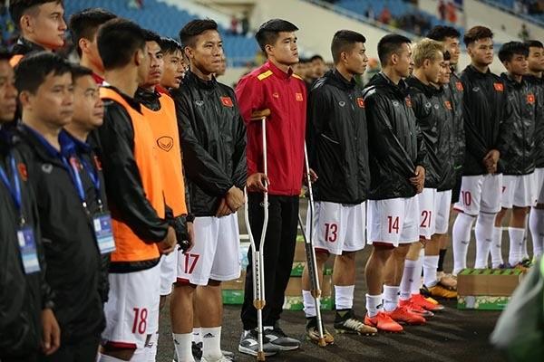 Lục Xuân Hưng chống nạng, bật khóc vì tan mộng Asian Cup 2019 ảnh 1