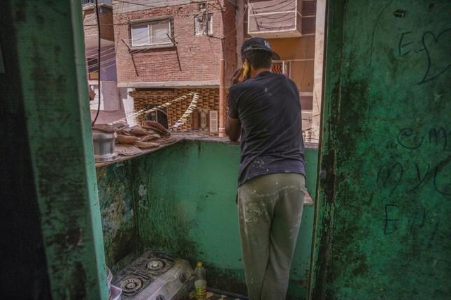 Cầu thủ Ai Cập làm thợ xây, bán kẹo kéo kiếm sống mùa COVID-19 ảnh 3