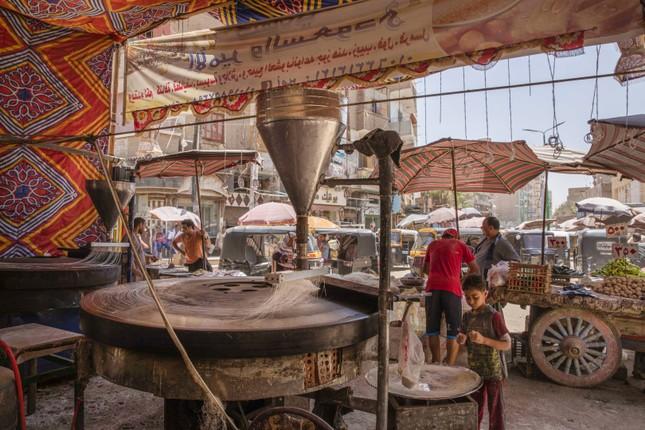 Cầu thủ Ai Cập làm thợ xây, bán kẹo kéo kiếm sống mùa COVID-19 ảnh 4