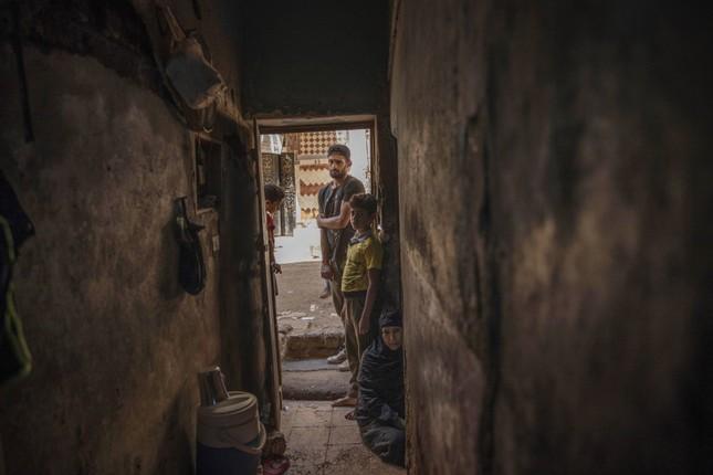 Cầu thủ Ai Cập làm thợ xây, bán kẹo kéo kiếm sống mùa COVID-19 ảnh 6