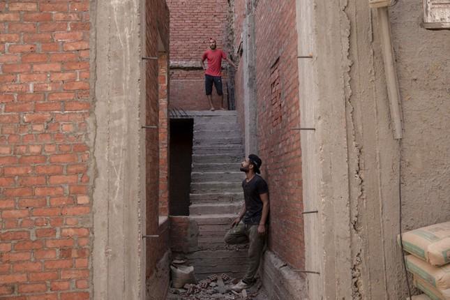 Cầu thủ Ai Cập làm thợ xây, bán kẹo kéo kiếm sống mùa COVID-19 ảnh 7