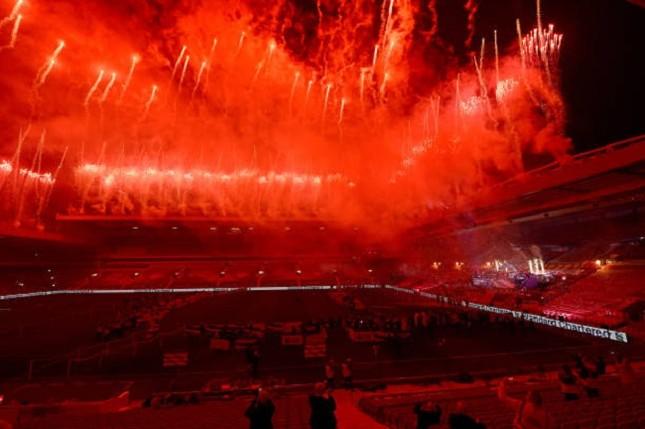 Anfield đỏ rực pháo hoa ngày Liverpool đón cúp vô địch ảnh 5