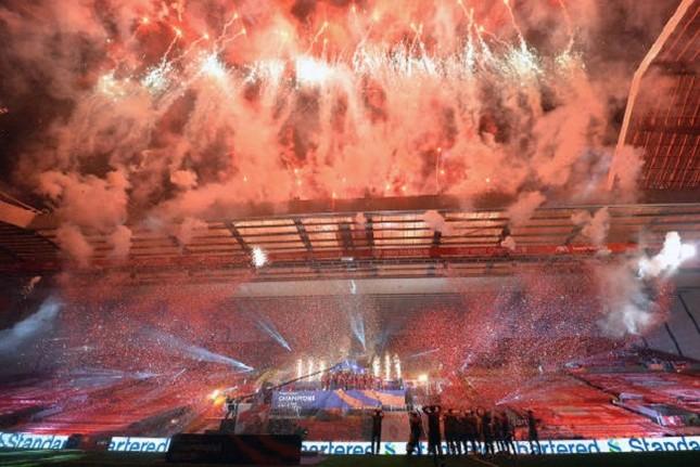 Anfield đỏ rực pháo hoa ngày Liverpool đón cúp vô địch ảnh 4