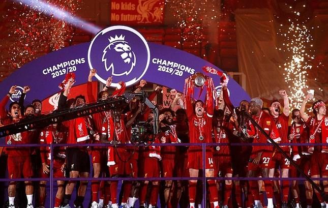 Anfield đỏ rực pháo hoa ngày Liverpool đón cúp vô địch ảnh 3