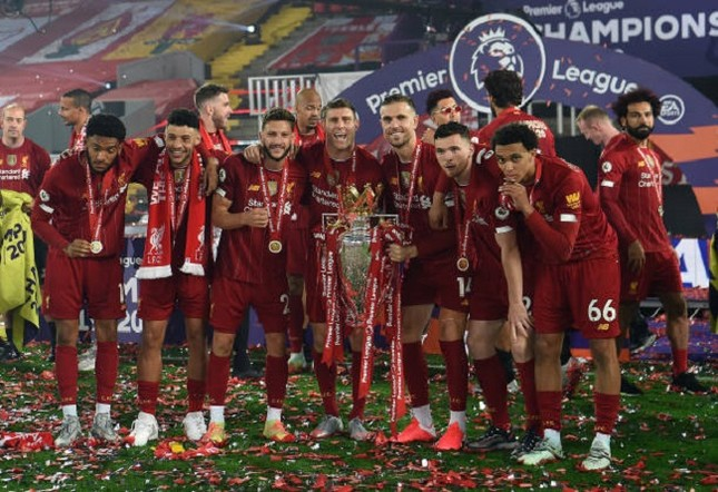 Anfield đỏ rực pháo hoa ngày Liverpool đón cúp vô địch ảnh 11