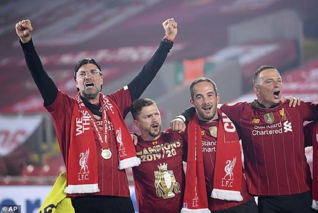 Anfield đỏ rực pháo hoa ngày Liverpool đón cúp vô địch ảnh 2