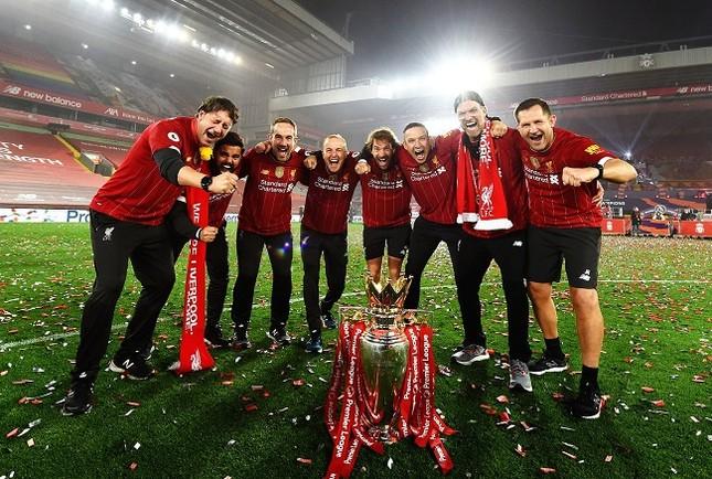 Anfield đỏ rực pháo hoa ngày Liverpool đón cúp vô địch ảnh 7