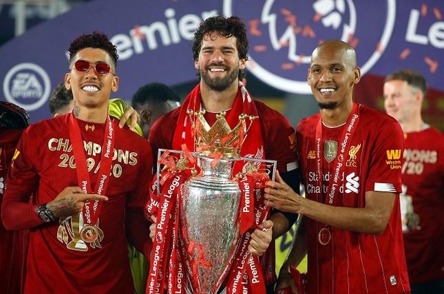Anfield đỏ rực pháo hoa ngày Liverpool đón cúp vô địch ảnh 10