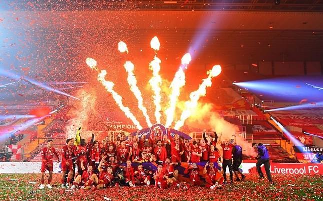 Anfield đỏ rực pháo hoa ngày Liverpool đón cúp vô địch ảnh 1