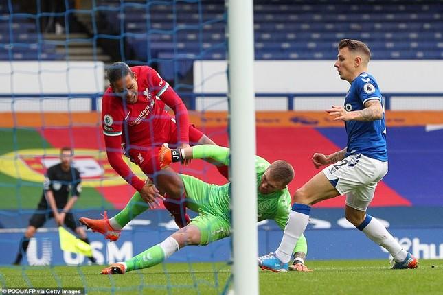 VAR gây tranh cãi, Liverpool chia điểm kịch tính với Everton ảnh 1