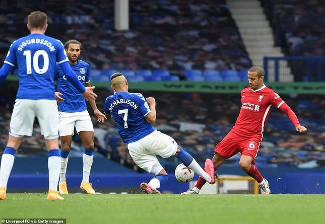 VAR gây tranh cãi, Liverpool chia điểm kịch tính với Everton ảnh 3