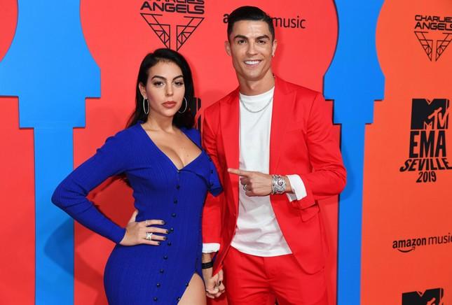 Bạn gái Ronaldo hé lộ điều bất ngờ: 'Giới thượng lưu không chấp nhận chúng tôi' ảnh 6