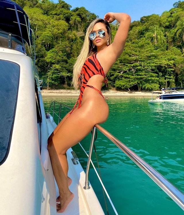 Vẻ đẹp của nữ ca sĩ khiến ngôi sao Neymar quên lối về ảnh 2