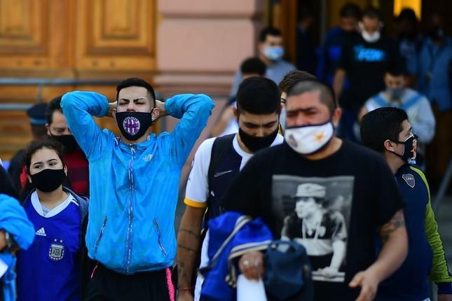Hàng nghìn người xếp hàng vào viếng Maradona ảnh 1