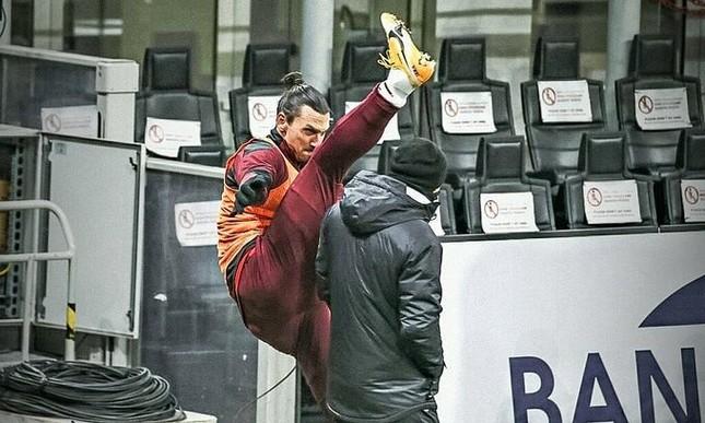 Khởi động theo cách của Ibrahimovic: Đá chân qua đầu HLV ảnh 1