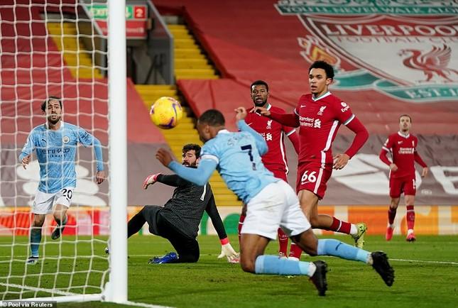 Thủ môn Alisson 'tấu hài', Liverpool thua thảm Man City ảnh 1