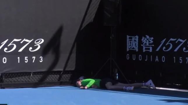 Cô bé nhặt bóng ngất xỉu ở Australian Open ảnh 1
