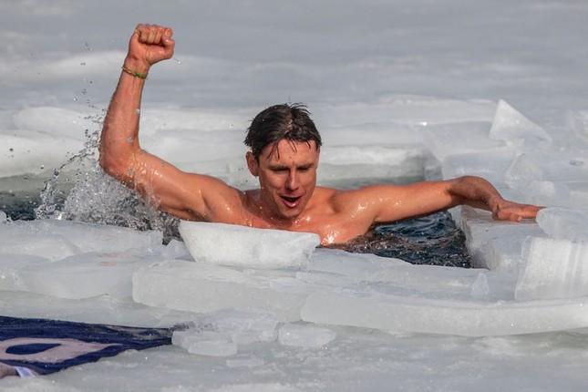 Người đàn ông lập kỳ tích bơi 81m dưới băng chỉ với một làn hơi ảnh 1