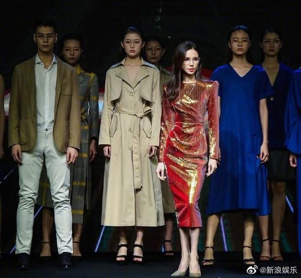 Dân mạng choáng với thân hình chuẩn siêu mẫu của Lý Nhược Đồng trên sàn catwalk ảnh 3